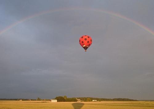 Arc-en-ciel au dessus d'une montgolfière